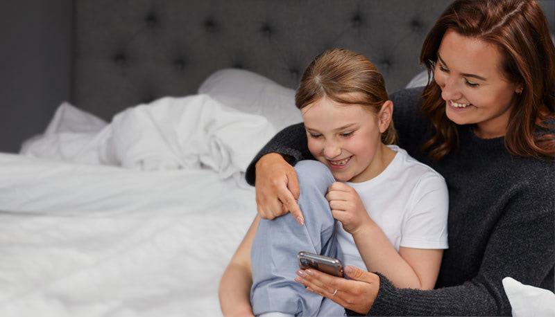 Mamma och barn tittar på Pjama appen
